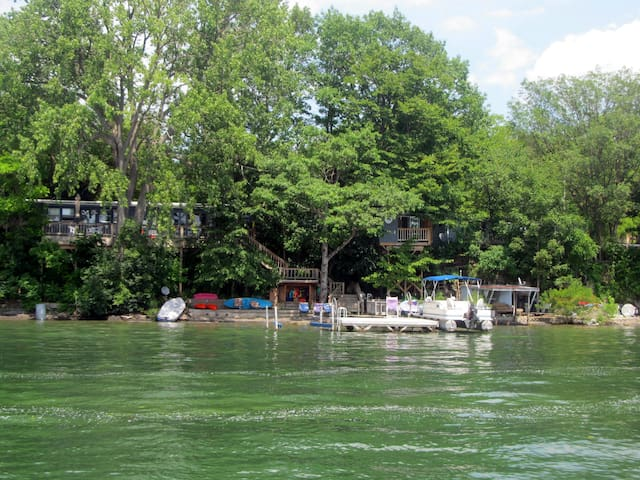 Cayuga lake getaway cottages for rent in aurora new for Treehouse cabins aurora ny