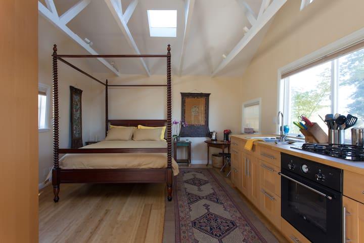 Cozy Garden Cottage w/Enclosed Deck
