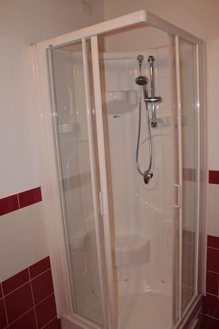 doccia nella camera rossa