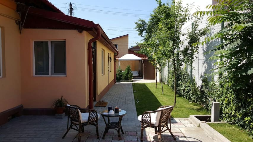 Cozy two nice rooms and garden - București - Casa