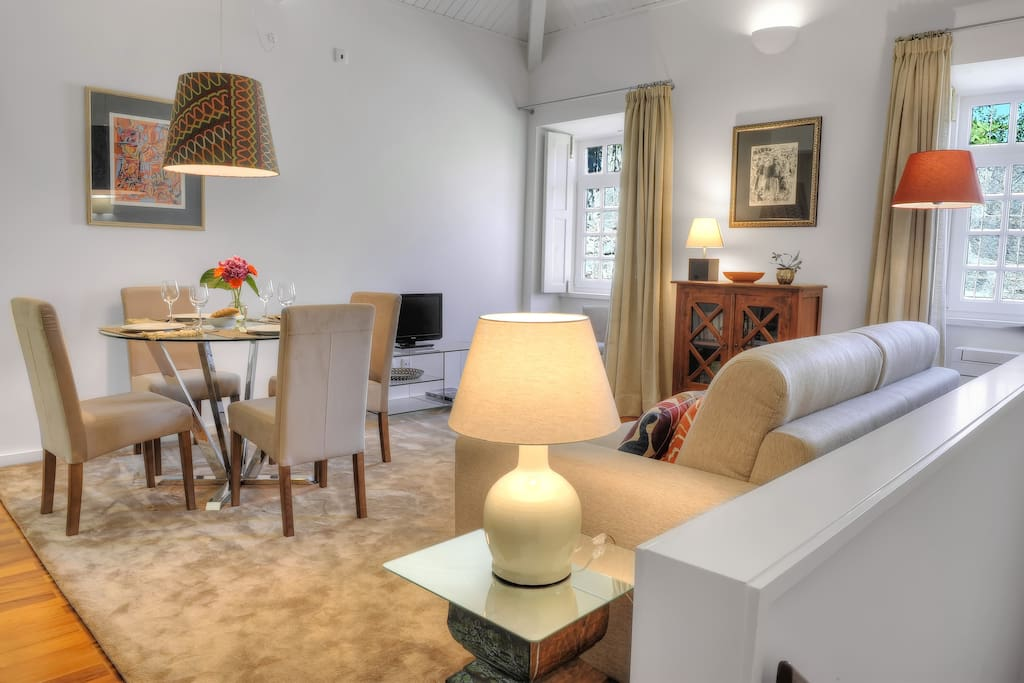 Open space com kitchenette e sofá-cama duplo