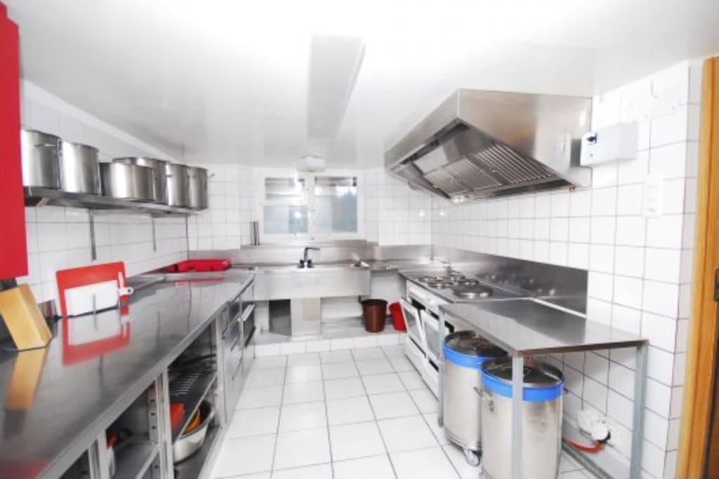 Moderne Küche mit 2 Öfen und einer Spülmaschine