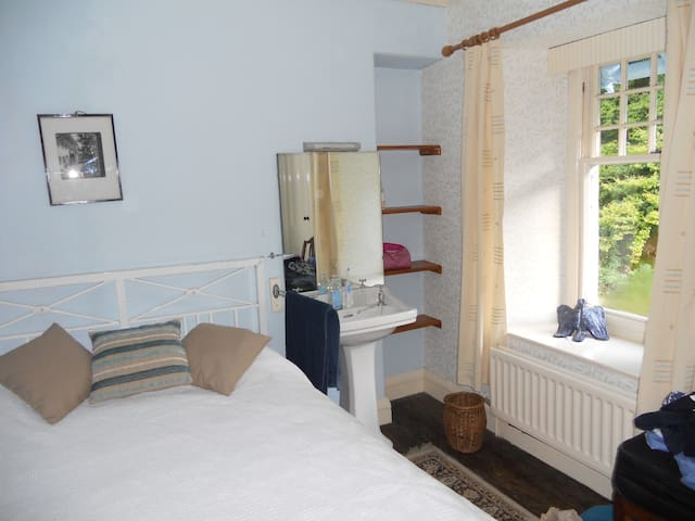1 double bedroom with washbasin, shared bathroom - Cumbria