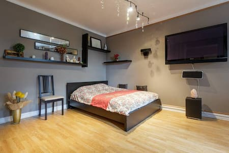 Modern,newly renovated with 2 oversized rooms 1,000 SqFt.Comfortably fits 3 with 1queen bed&1couch.Large bathroom with standup shower&bathtub. 2 blocks from F,G train,5min walk to Prospect Park,20min subway ride to Manhattan, 12 min by taxi.