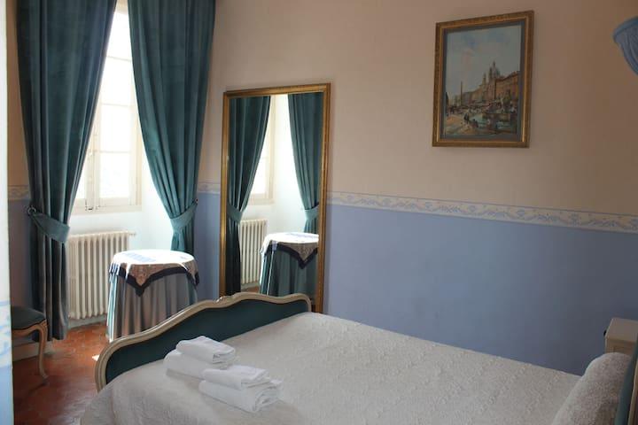 grande chambre double avec vue sur la vallée