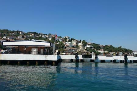Tarihi Bir Binadan Deniz Manzarası - Istanbul