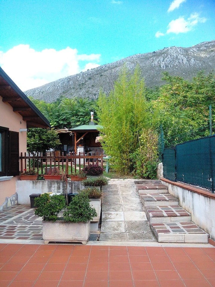 Grottino  (80mq), con giardino in collina