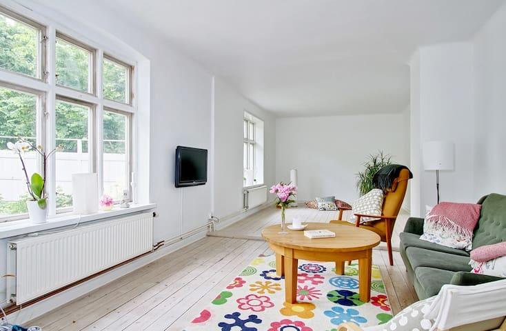 Charmigt hus med härlig trädgård - Smedstorp - Casa