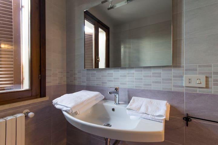 Specchio del bagno n.3 a piano terra