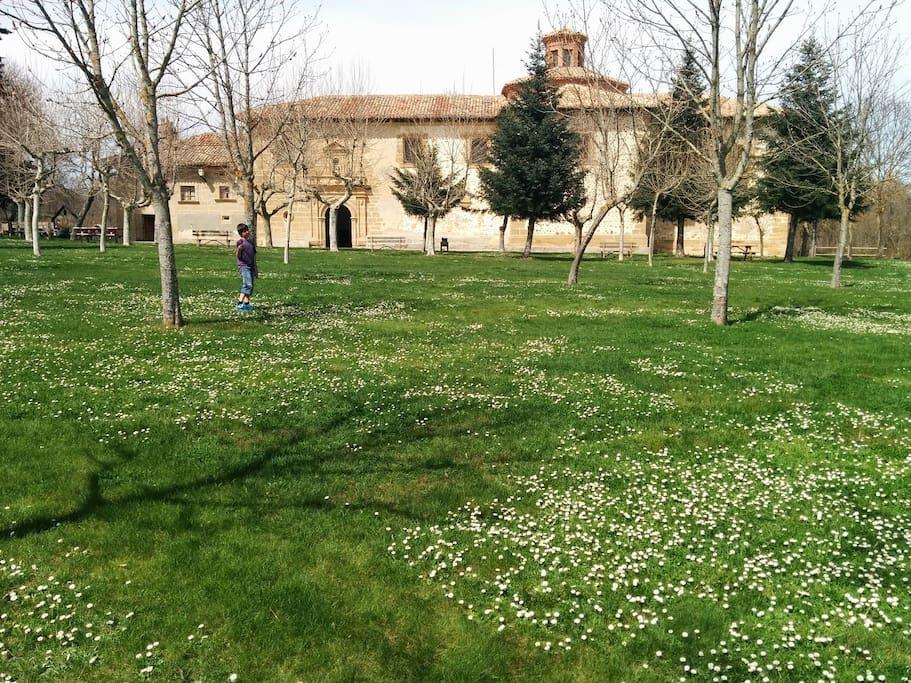 jardin lateral con ermita historica visitable.