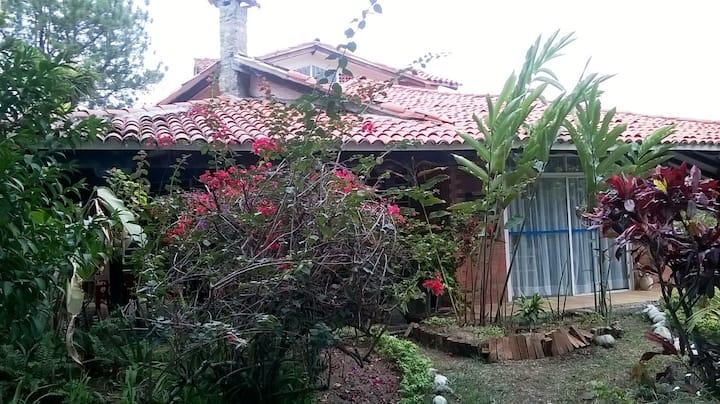 Casa Campestre con lindos Jardines