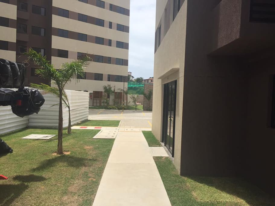 Fachada de entrada da torre B do condomínio Ecogarden Ponta Negra.