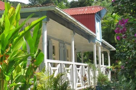 authentique case créole construite en bois pays. - House