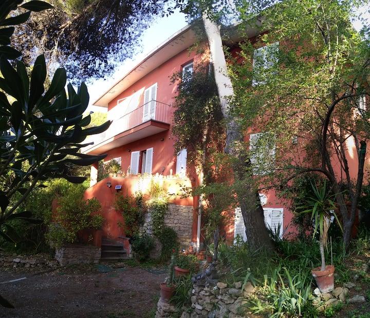 Villa immersa nel verde a 300 mt dal mare