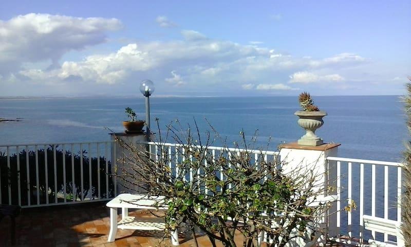 Casa con discesa privata sul mare. - ออกุสตา