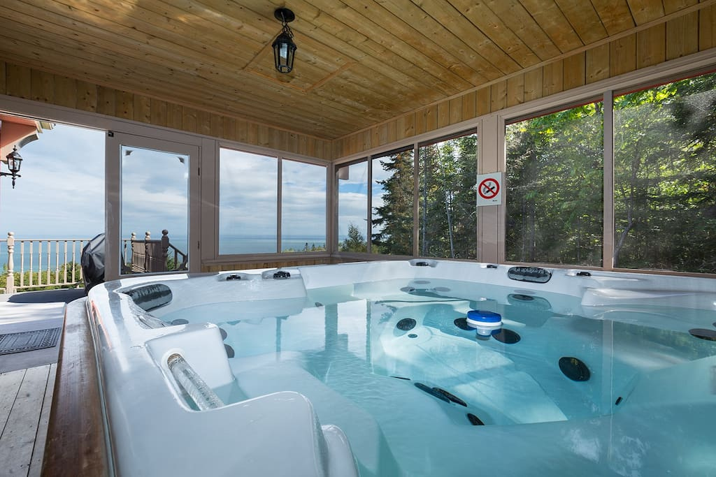 au havre de l 39 anse jacuzzi view chalets for rent in saint ir n e qu bec canada. Black Bedroom Furniture Sets. Home Design Ideas
