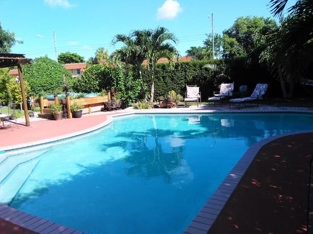 Cozy Studio w/private entrance/bath in POOL home - Miami - Huis