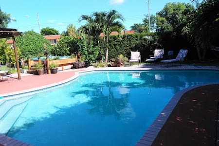 Cozy Studio w/private entrance/bath in POOL home - Miami - House