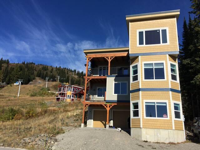 Margaritaville huge ski in&out home - Vernon - House