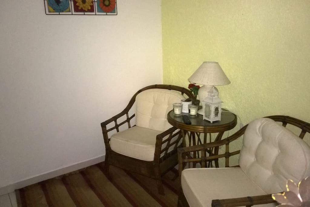 Sala pequena mas finamente decorada