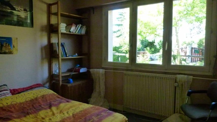 chambre avec salle de bain et WC - La Celle-Saint-Cloud - House