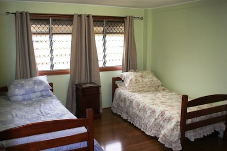 Twin single Bedroom in large comfy home - Bed & Breakfast
