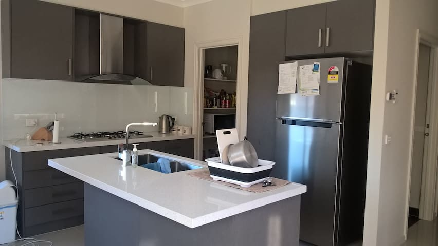 A fully furnished home for a family - Eynesbury - House