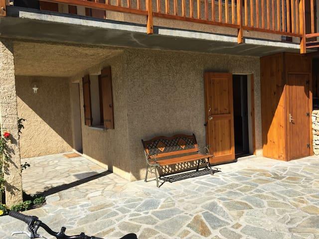 Beau studio dans villa exposée sud.