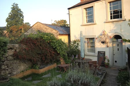 Charming 3 Storey cottage - Shepton Mallet