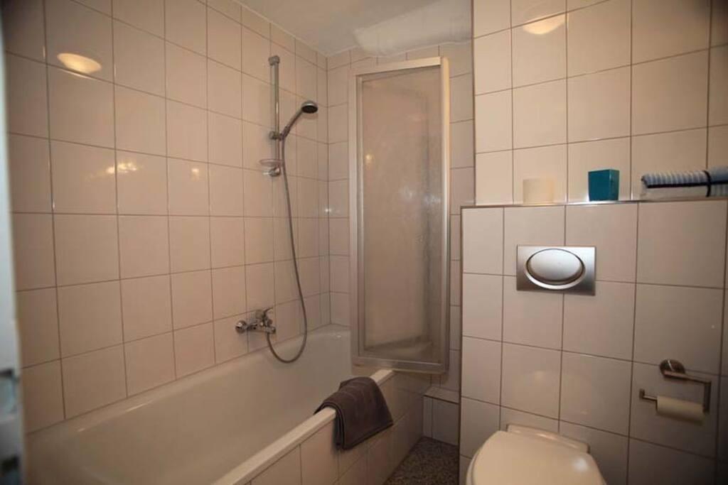 Bad mit Badewanne/Dusche