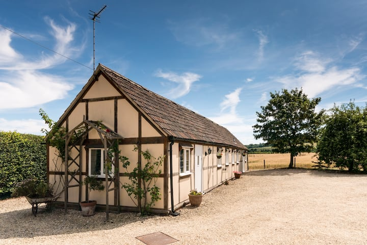 Stunning detached cottage open for eligible guests