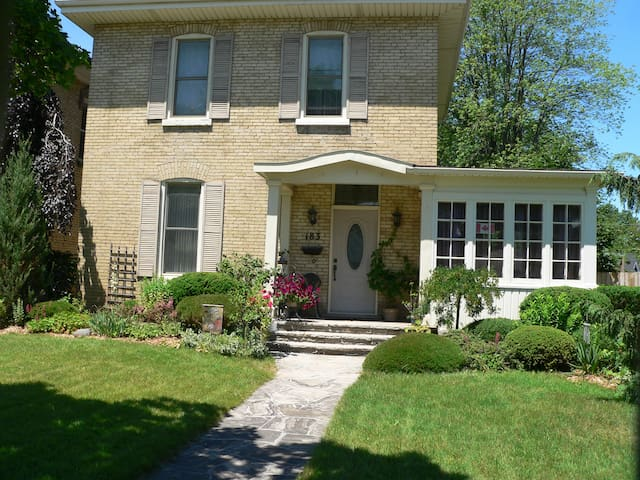 Fountain View Manor B & B - Strathroy - Bed & Breakfast