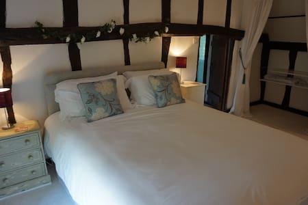 Boutique Luxury Tudor B&B Suite - Close to London - Acton, Sudbury - Bed & Breakfast