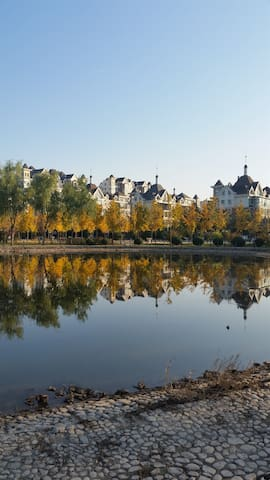 欧式花园小区,院子里有独立公园,供到北京休闲小憩。1层,落地阳台 - Пекин - Дом