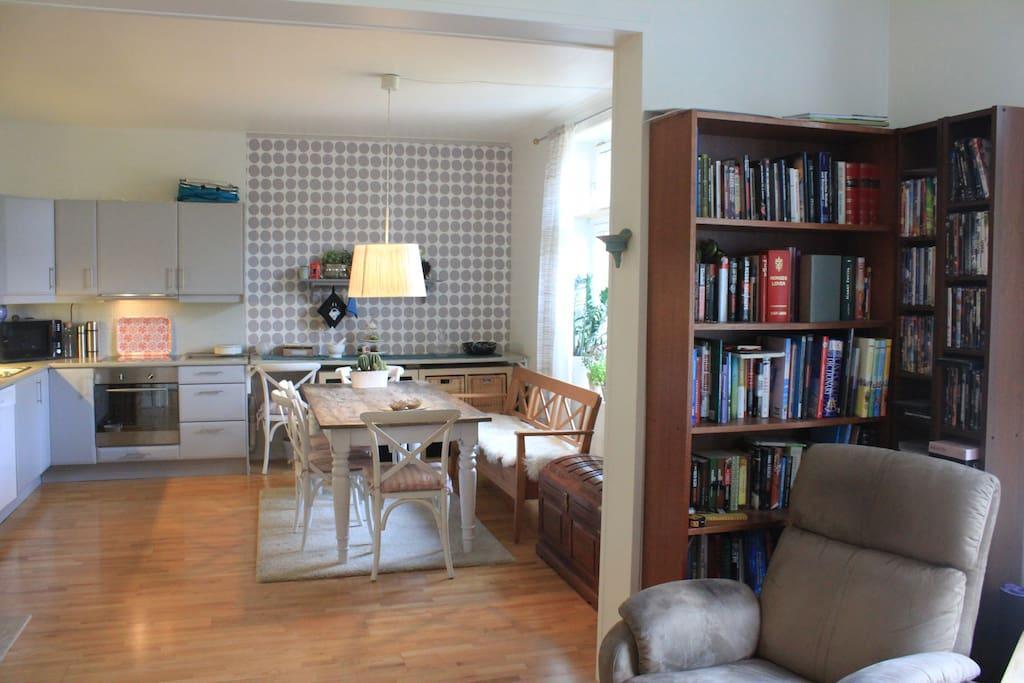Kitchen table with room for 8 people / Spisebord med plass til 8. Lesekrok.