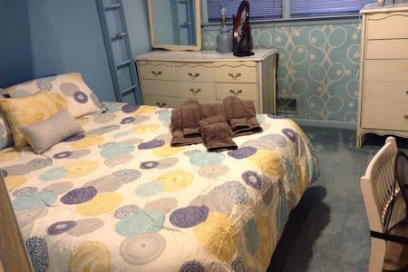 Queen bed easy access to NYC - West Orange