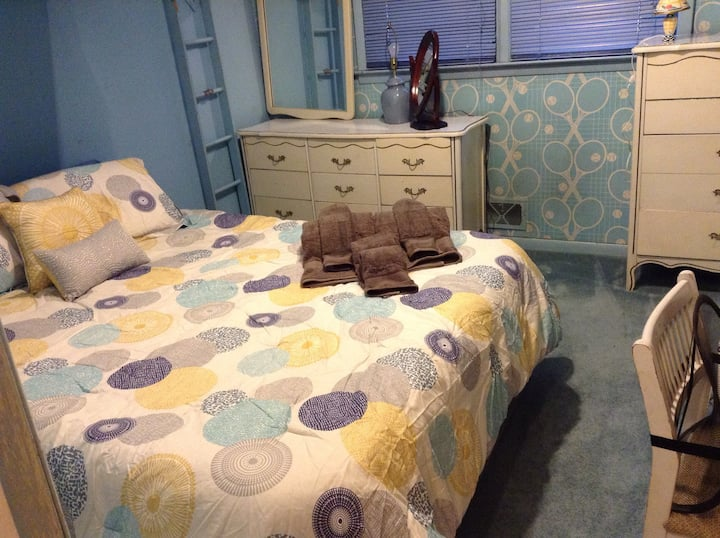 Double bed easy access to NYC