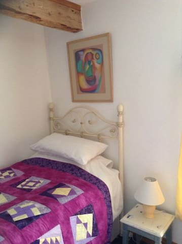 This is a nice single warm room. - Llanbadarn-y-garreg - Bed & Breakfast