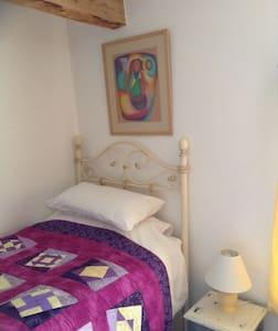 This is a nice single warm room. - Llanbadarn-y-garreg