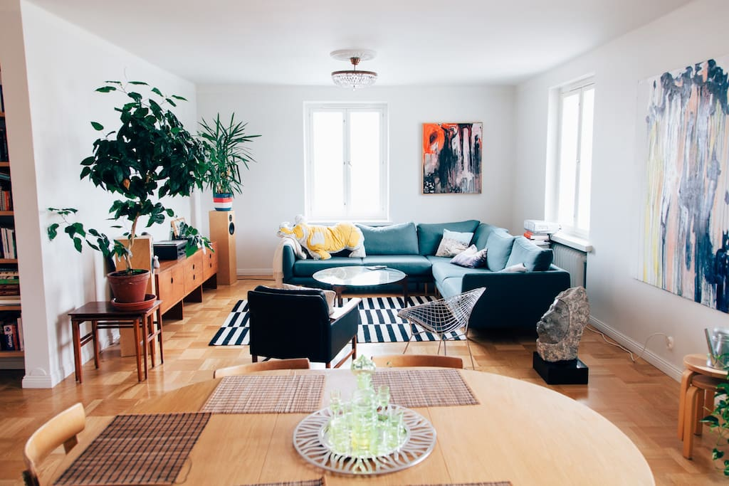 Living room with a dining table for 6.