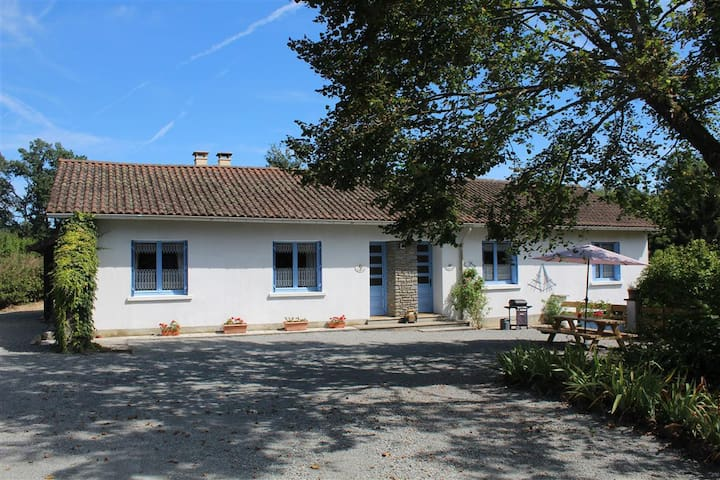 Gite with pool and fishing lake. - Vayres - Huis
