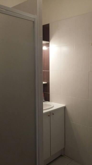 La salle de bains partagée / The shared bathroom