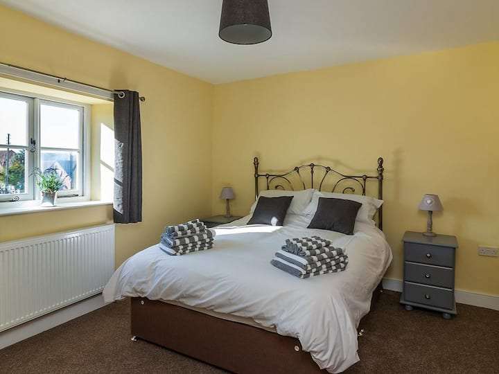 Two Bedroom Cottage in Idyllic Location