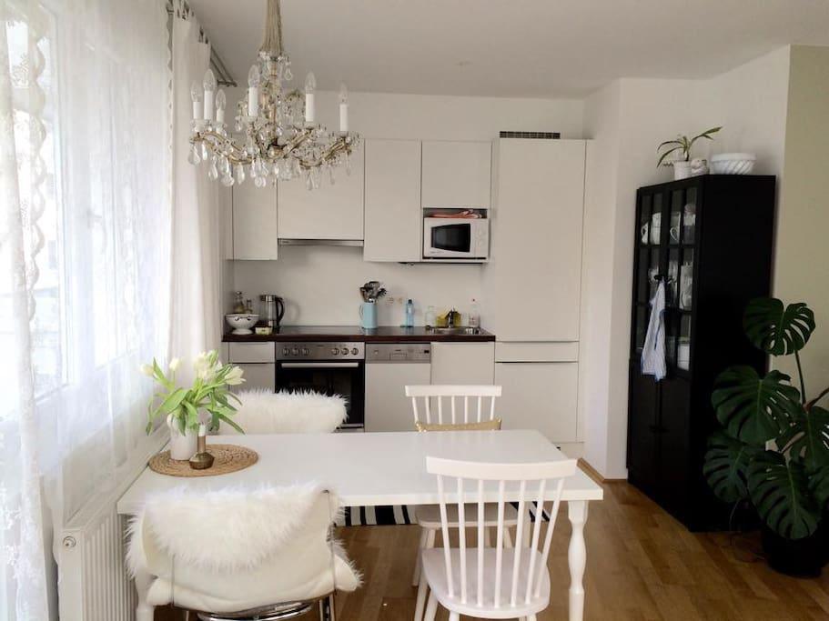 Helle, moderne, offene Küche mit Essplatz