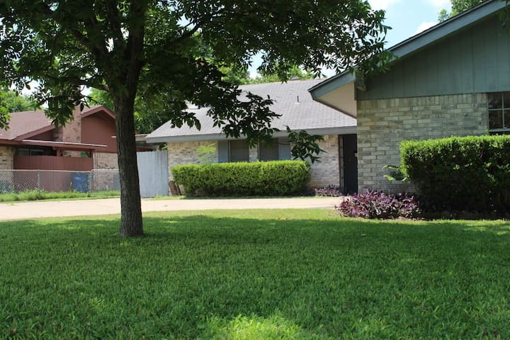 Cozy 2 bedroom 1 bathroom duplex houses for rent in austin texas united states for 2 bedroom house for rent austin tx
