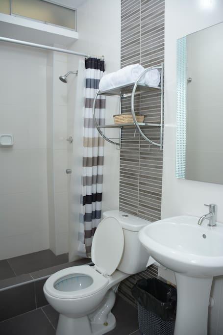 Baño amplio con  2 toallas, jabón, papel higiénico.