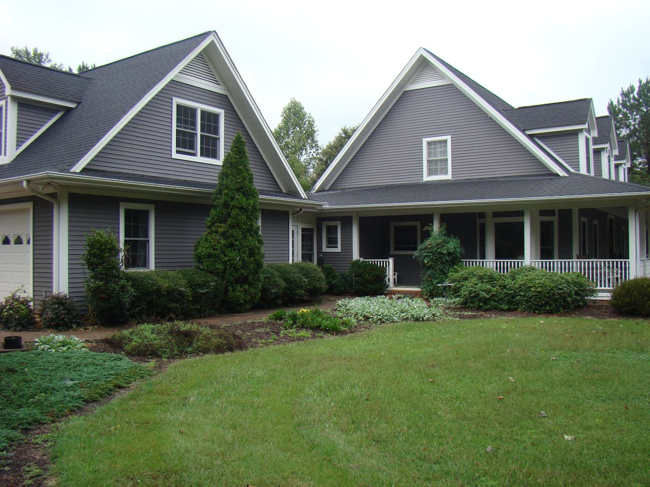 Beautiful location right next to the Main House at Bolt Farm. Ample parking. Safe, quiet & private. 40 acre farm with organic garden & TREEHOUSE!