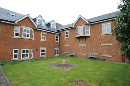 Modern Double bed in a lovely town - Tring - Apartment