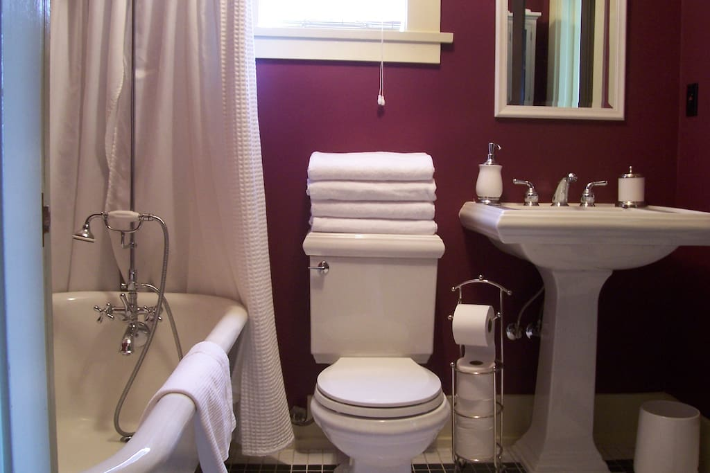 Bathroom w/ clawfoot tub