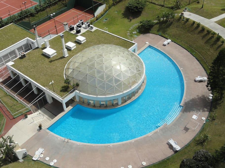 Vista de una de las piscinas abiertas y piscina cerrada
